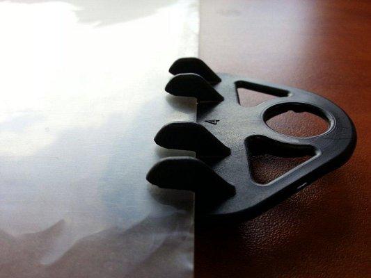 Grapa triangular deslizante para sujección de plásticos de invernaderos